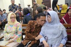 Ditemani Istri, Khamami Jalani Sidang Vonis dengan Haru