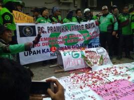 Driver Gojek Lanjutkan Aksi Duduk di Sepanjang Jalan Wolter Monginsidi