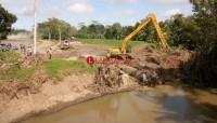 Dua Alat Berat Kembali Diturunkan Perbaiki Tanggul Jebol