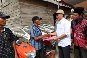 Enam Kelompok Tani di Bandarnegeri Suoh Terima Bantuan Handtraktor
