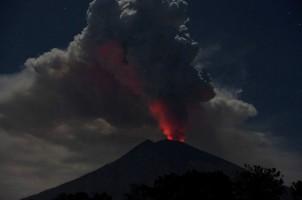 Erupsi, Gunung Agung Keluarkan Lava dan Suara Letusan