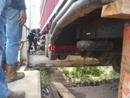 Evakuasi 2 Truk yang Terjebak di Jembatan Penghubung Lampung-Sumsel Masih Berlangsung