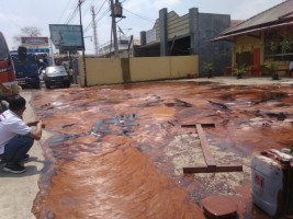 Fuso Vs Fuso Akibatkan Tumpahan Kecap Banjiri Jalan