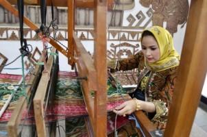 Hari Batik Nasional, Yustin Ridho Ficardo Ajak Masyarakat Sering Pakai Batik Lampung Agar Lestari dan Terkenal