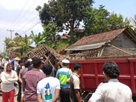 Hilang Kendali, Dump Truk Tabrak Warung Di Jalinsum Sidomulyo