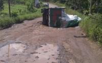 Hindari Jalan Berlubang, Truk Pengangkut Tepung Terigu Terbalik
