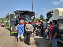 Hindari Perbaikan Jalan Bus Tabrak Truk di Way Laga, Panjang