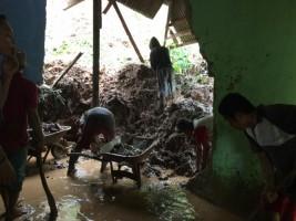 Hujan Deras, Rumah Warga Panjang Rusak Terkena Longsor
