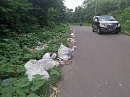 Jalan Lintas Liwa-Ranau Jadi Sasaran Pembuangan Sampah