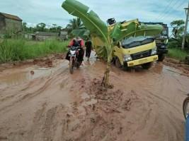 Jalan Penghubung Kecamatan Rusak, Warga Rawajitu akan Pilih Paslon Pilgub Yang Mampu Membangun Jalan