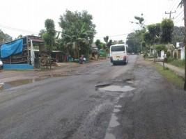 Jalan Raya Lintas Tengah Kotabumi Rusak Berlubang