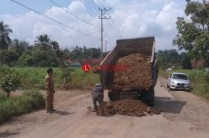 Jalan Rusak Parah, Dinas PUPR Lampura Timbun Sementara dengan Krokos