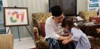 Jelang Debat, Kiai Ma'ruf Baca Koran dan Bermain dengan Cucu