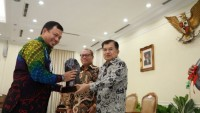 JK Serahkan Anugerah Paritrana BPJSTK 2018 Kepada Pemerintah Daerah dan Perusahaan