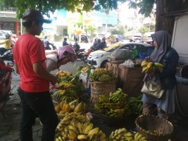 Jualan Pisang dan Pepaya di Jalan Wolter Monginsidi Turun Temurun