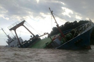 Kapal Pengangkut Cumi dengan 12 Awak Kapal Kandas Diterjang Ombak