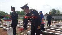 Kapolres Lampung Utara Tabur Bunga di Makam Pahlawan