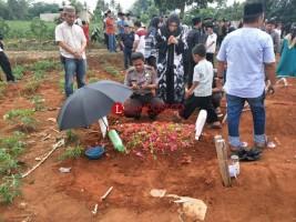 Kapolres Lampura Hadiri Pemakaman Anak Anggota Polres