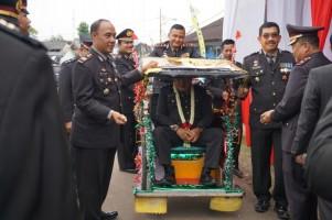 Kapolres Pesawaran Kayuh Becak Antar Anggotanya Purnabhakti