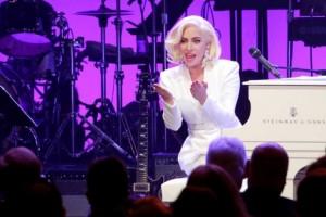 Kebakaran Hutan, Lady Gaga Mengungsi
