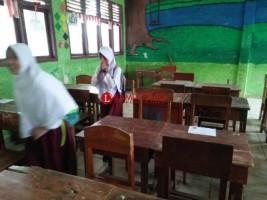 Keberadaan Meja dan Kursi Belajar SMPN 1 Liwa Memprihatinkan