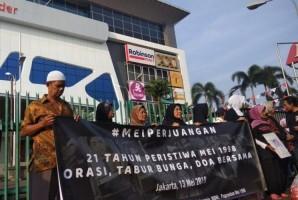 Keluarga Korban Tragedi 1998Gelar Aksi Tabur Bunga