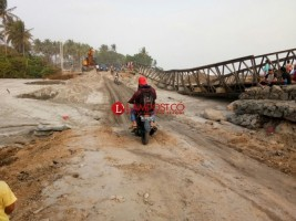 Kendaraan Harus Bergantian untuk Melintas di Jalur Jalan Darurat Pekon Mandiri Sejati