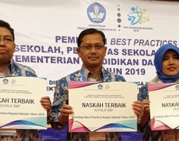 Kepsek SMP Muhammadiyah Ahmad Dahlan Raih Penghargaan Kepala Sekolah Terbaik Nasional