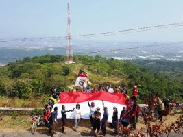 Keren, Goweser Kibarkan Sang Saka di Gunung Balau
