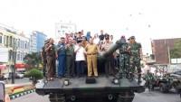 Kompaknya Arinal - Herman HN Keliling Kota Naik Tank
