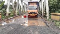 Kondisi Jalan Pada Jembatan Penghubung Ruas Bukit Kemuning - Kotabumi Berlubang