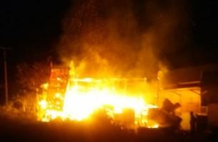 Konsleting Listrik, Rumah Panggung di Sukarame Ludes Terbakar