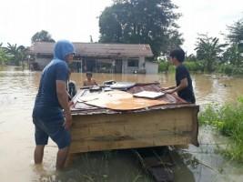 Korban Banjir di MenggalaSelamatkan Barang Berharga