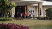 KPK Angkut Satu Koper Dari Kediaman Zainudin