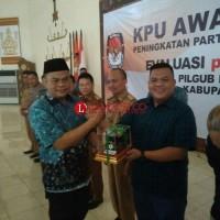 KPU Lamtim Berikan Penghargaan Kepada PWI