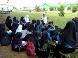 LAMPOST TV: 4 Kelas siswa SMKN Belajar di Halaman Sekolah