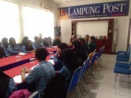 LAMPOST TV: Guru dan Siswa SMUN 9 Telaah Jurnalistik ke Lampung Post