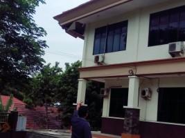 Lisplang Gedung Setkab Lamsel Amrol Belum Juga Diperbaiki