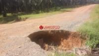 Lubang Menganga di Desa Mekarsari Bahayakan Pengguna Jalan