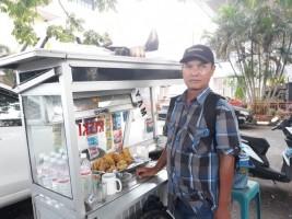Mang Yus, Pedagang Ulet Menghidupi Lima Anaknya