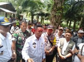 Masyarakat Gunungtiga Demo Pertahankan Ikon Desa