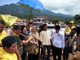 Mbak Tutut Serahkan Bantuan Kapal ke Nelayan Way Muli