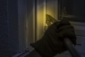 Menginap di Rumah Kawan,Anton Gasak Dua Ponsel