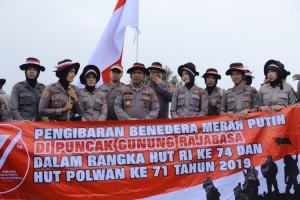 Napak Tilas Polda Lampung Kibarkan Merah Putih di Puncak