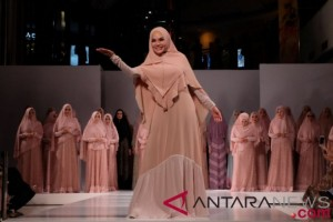 Nikita Mirzani  Jadi Model Busana Syar'i