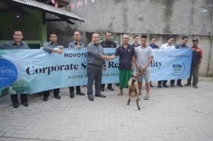 Novotel Serahkan 9 Kambing Kurban ke Masyarakat Sekitar