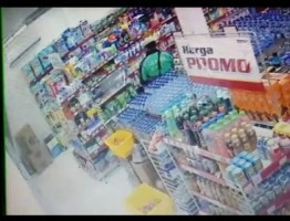 Nyaru Pakai Atribut Ojol, Pria Tua Ngutil di Minimarket