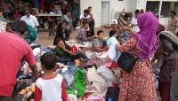 Para Pengungsi Rebutan Cari Pakaian