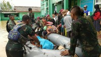 Pasukan Reaksi Cepat Brigif 4 Marinir/BS Bantu Evakuasi Korban Banjir