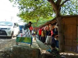 Pedagang Kemplang di Jalinsum Diserbu Pemudik Arus Balik